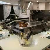 開放的なオープンキッチンと、半個室に仕切れるテーブル席