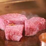 シェフ達が一つ一つの肉の状態を見極めつつ目利きする、地元・岡喜牧場の「近江牛」は、一貫した管理により肉質の良さは折り紙付き。絶妙な火入れ加減で、ポテンシャルを最大限に引き出していきます。