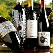 料理や好み、シーンに合わせて一緒に堪能できるよう、豊富な種類のワインが用意されています。世界各国から集められた銘柄やヴィンテージワインがテーブルを華やかに演出。