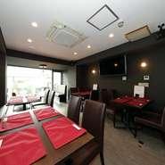 2階テーブル席は全20席。シックで大人な雰囲気は、女子会や仕事仲間との食事などにも最適。食事メインで楽しみたい方、ワインメインで楽しみたい方。どちらのニーズにも応えてくれます。