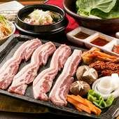 ジューシーで食べ応えのある、ボリューム満点の豚三枚肉。極厚カットがたまらない『サムギョプサル』