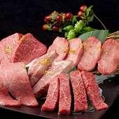 人気のタン塩・カルビ・ハラミ・ロースをセットにしたおすすめメニュー『焼肉盛合せ』