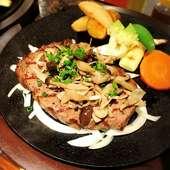 『ミックスステーキ』ボリューム満点。3種の肉を味わい尽くす