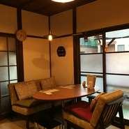 古民家カフェを巡るのが趣味という店主が最もこだわったのがお店選び。 大衆的な雰囲気の飲食店ではなく、おしゃれな古民家カフェや雑貨屋などが好きな方がほっと落ち着ける場所を、と選び抜いた空間です。