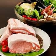 「入間地豚」は芋や麦など植物性の飼料のみを使って獣臭を軽減したお肉。自然な甘みとうまみが堪能できます。「くずりゅう卵」は鮮やかな色合いと濃い味が特徴で、地元の旬野菜とともに料理を華やかに彩ります。