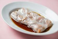 米粉でつくる生地の、ぷるんとした食感やつるりとした喉越しの『腸粉』は独特な美味しさで、「本場香港の味わい」と大人気。自家製の甘辛タレでいただきます。