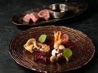 名物『10秒肉炙りすき焼き』や、低温調理の厳選肉、こだわりのつや姫の炊きたて土鍋ご飯など内容充実。
