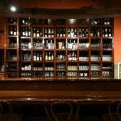 シックなカウンター席で、厳選ワインやカクテルに酔いしれたい