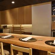一枚板でつくられた堂々としたカウンター席、木の温もりを感じられる空間。予約時に相手の苦手な食材を伝えておけば、尚良し。料理をいただきながら、きっと会話が弾むでしょう。