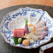 こだわりのクエ薄造り、天然本鮪、ツブ貝などで盛り合わせた「お造り」。魚介の内容は季節によって変わるため、種類は多岐に渡り客の舌を喜ばせています。