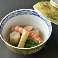 春の季節につくられたため、ハマグリによる飛龍頭が特徴。各々の具材を別々に煮炊きしながらも、最後はひとつの料理としてきっちり整えられています。職人技を感じられる逸品。