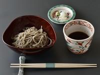 福井県大野勝山産蕎麦粉を使った十割蕎麦。店主自身が、毎日手打ちで仕上げています。つるりとした喉越しと口の中に広がる薫りを、お楽しみいただけます。