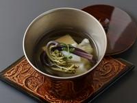 出汁には利尻の昆布と鰹を引いており、旨味が口の中を満たしていきます。生海苔が練り込まれた玉子豆腐で風味豊かに、旬の魚や山菜によって彩りも良く仕上げられています。