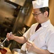 限られた席数のため、料理人の目は隅々にまで行き届き余裕をもって料理をまかないます。少し手が空いたときには、客人たちと会話をすることも。しかし、その視線は常に店全体を見つめています。