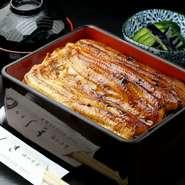 厳選した国産330gの特大鰻を白焼き、蒸し、本焼きと丁寧に焼き上げた 麻布しき渾身の一品です  ※お土産も承ります うな重、蒲焼はオーダーしてから30分ほどお時間がかかります