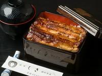 『うな重』のおよそ半分のサイズの『うな重ハーフ』。ご飯は山形県産の「つや姫」を使用しています。つやや香り、甘味のある米をあえて硬めに炊きあげてあり、柔らかい鰻とよく合います。肝吸いとお新香つきです。
