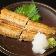 『うなぎ白焼き』は、鰻を蒸さずに本焼きで仕上げるため脂がほどよく残り、鰻の濃厚な旨味が味わえます。白ワインや、純米大吟醸との相性は抜群。国産330gの特大鰻を山葵おろし醤油でお召し上がりください。