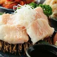 一度も冷凍していない肉を品質本位で厳選仕入れ。「和牛」や「ホルモン」など、毎日肉を仕入れているので、新鮮な上質肉を思う存分堪能できます。肉の状態を見極め、店内で丁寧にカットして提供しています。