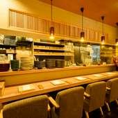 料理人の所作を眺められる、ライブ感満載のカウンター席