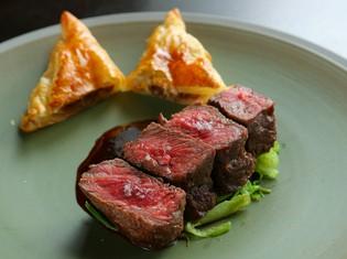 肉の旨みを堪能する『牛肉のローストとエンパナディーヤ』