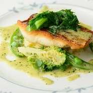 """入荷した魚介の種類によって、料理も味わいもガラリと変わる""""その日限り""""の魚料理。カレイやサワラ、タイやスズキなど、旬の海の幸の旨味を活かす調理をしてくれます。季節の国産野菜も彩りよく、美しい一皿です。"""