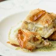 四季折々の味覚を取り入れた包み焼き。冬は蟹を取り入れるなど、季節によって異なる食材を楽しめます。パリパリ食感のパイの中には、とろ~りとした山芋と具材がたっぷり入り、お腹も心も満足できる一品です。