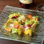 店で仕入れている食材は、それぞれ専門の業者から仕入れ。中でも野菜は旬のものを取り入れています。色彩豊かで見た目にも華やかな素材の数々は、食べるだけで四季の訪れを感じさせてくれます。
