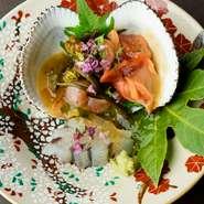 2018年に開業以来、片町での接待・会食に評判の店。オリジナリティ溢れる創作和食、日本ワインとのペアリングはまさに最先端の食シーン。地元の方に加え、県外や海外の方々をもてなす場にもぴったり。