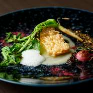 輪島産の甘鯛を和食の技法を用いた鱗焼きにし、皮目の香ばしさと身の美味しさを頂点に。近江産チーズと旬野菜のソース、珠洲産の塩のエスプーマで洋のエッセンスをプラス。季節野菜のグリルが絶妙なアクセントに。