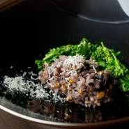 コースの〆は、近江産赤米や様々な雑穀をブレンドした二十穀米でつくるおかゆ。和食のかえし、鰹節・鯖節・うるめいわし・昆布で引いた出汁で炊き上げるので、味の奥行きが極上。旬野菜を添え、お好みでチーズも。