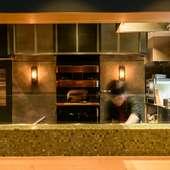 石釜での調理風景を、間近で見られるカウンター席