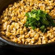 ばい貝を使った漁師のまかない飯。コシヒカリにもち米をブレンドし、ゴボウ、人参、きのこ類を加え、ばい貝を煮付けた煮汁で炊き上げる昔ながらの方法でつくられており、伝統的な味わいを堪能できます。