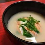 日本各地の郷土料理を、懐石の椀物にブラッシュアップ。すりつぶした大豆と、蟹・海老の殻からとっただし、生クリームなどを合わせた吸い地に、紅ずわい蟹の真薯を加えることで、一層海の旨みを感じさせてくれます。