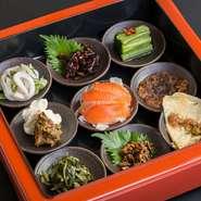 長野県各地の郷土料理の盛り合わせ。さまざまな食材を使った先人の知恵と工夫の詰まった郷土食の数々が味わえます。県外や海外からのゲストに人気。 ※内容は季節や仕入れによって変わります。