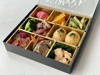 数種のメニューを盛合わせたブリーズオブトウキョウ特製のボックス