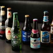 国内外を問わず、各国のクラフトビールが常時10種類ほど用意されています。ボリュームのある肉料理とビールが奏でるさわやかなハーモニー。軽い料理をおつまみに、ビールの飲み比べをする楽しみも。