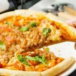 お肉やハーブの香りがたまらない上品なピッツァです!
