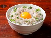 赤穂の塩のみで炊き上げた新鮮なしらすがたっぷり。卵黄と絡めていただく特別な丼ものメニューです。