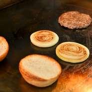 ブロックで仕入れたチルドビーフ100%のパティは、肉の食感が残るステーキのような仕上がり。地元のパン店に特注したオリジナルバンズは、全粒粉入りで、天然酵母が使われています。