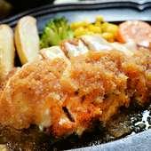 国産鶏の胸肉を焼き上げ、チーズとおろしソースで食す『チキンカツチーズ焼き定食』