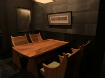 座り心地の良い畳シートの椅子、テーブルも地元の作家によるもの