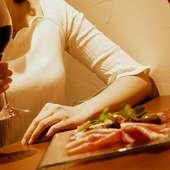女性たちを夢中にさせる、料理、ワイン、お店の雰囲気