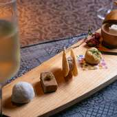 繊細な和菓子のような仕上がりの、個性が光る5種類の前菜『和菓子仕立ての一口オードブル』