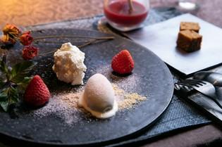 『イチゴのデザート 黒糖のふくれ添え 練乳のアイスクリーム』