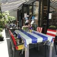 ビストロとワインバーにワインショップも併設した大人の空間です!参道に面した店先にテーブル席を配置。テラス席限定の2名様のお得なディナープランもございます。※強い雨、強風の日は使用出来ません。