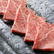 赤身肉の一部で、しっかりサシが入っているため柔らかく、濃厚な旨味が特徴のカイノミ。ジューシーでとろけるような食感ながら、脂があっさりとしているので食べやすく、品切れ必至の人気部位です。