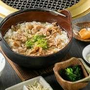 人肌の温度で熱くない雑炊は、特に夏場には食が進むと大好評です。鰹と昆布の和風出汁をベースに、甘辛く煮込んだ切り落とし牛肉が乗った肉屋ならではの一品。あっさりして食べやすく、しっかり満足感も得られます。