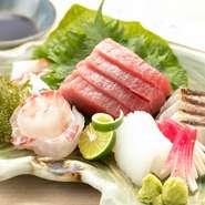 その日その時で一番いいものを提供したいという思いから、のどぐろなどの地魚は地元宍喰漁港から、旬の鮮魚は全国の仲買人から直送しているそう。お造り・肴・煮肴・焼き物など、その日のおすすめでいただけます。