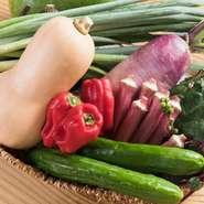 旬の京野菜が、京都市伏見区にあるじねんと市場から定期的に届き、さまざまな料理で提供してくれます。そのほかにも日本各地、おきなわ島野菜など、旬のものをセレクト。