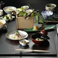 まずは味わう人の目を愉しませる【木の花】の料理。富田料理長自ら日々厳選し、旬の素材の風味を存分に引き出していきます。器に色鮮やかに盛りつけられた逸品は、まるで凜と咲く花のよう。